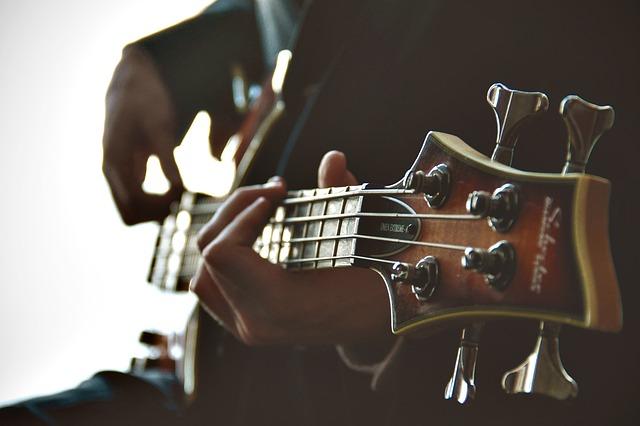 לימודי גיטרה למתחילים עם מיכה קורקוס